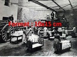 Reproduction D'une Photographie Ancienne Du Chargement Des Fromages Roquefort Sur Camionnette - Reproductions