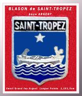 SUPER PIN'S BLASON VILLE : SAINT-TROPEZ (VAR), Blason En Email Grand Feu Base Argent, Tige Longue, Format 1,1X1,5cm - Villes