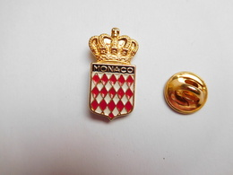 Superbe Pin's En Relief  , Blason De La Principauté De Monaco - Villes