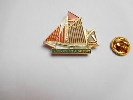 Beau Pin's , Ville De Le Tréport , Langoustier , Marine Bateau Voilier , ATTENTION : Léger éclat De Peinture - Villes