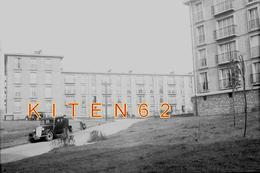 Boulogne-sur-Mer Reproduction D'une Photo Des Immeubles Du Parc Des 4 Moulins. Les Années 50. Voitures, Moto, Animée - Lugares
