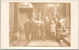 THEMES - COMMERCE - CARTE PHOTO - Groupe D'employés Dans Une Cour - Commerce