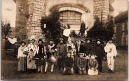 THEMES - EVENEMENT - CARTE PHOTO - Groupe De Carnaval Devant Une église - Evénements