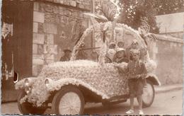 THEMES - EVENEMENT - CARTE PHOTO - Voiture Décorée Pour Un Corso Fleurie - Autres
