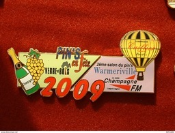 PUZZLE DE 2 PIN'S : 2éme SALON DU PIN'S WARMERIVILLE 2009 - CHAMPAGNE CUILLIER - VERRE & BOIS - MONTGOLFIERE - RADIO - Villes