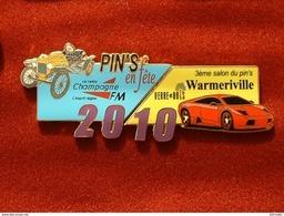 PUZZLE DE 2 PIN'S : 3 éme SALON DU PIN'S WARMERIVILLE 2010 - VERRE & BOIS - VOITURE - RADIO - Villes