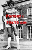 Reproduction D'une Photographie Ancienne D'une Femme Aux Cheveux Courts En Short Court Et Bottes Blanches - Reproductions