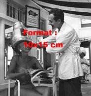 Reproduction D'une Photographie Ancienne D'un Coiffeur Ajustant Le Sèche Cheveux De Sa Cliente En Bikini - Reproductions