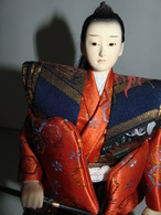 Figurine De Samouraï Habillée De Soieries Et Avec Katana - Art Asiatique