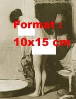Reproduction D'une Photographie Ancienne D'une Jeune Femme Nue Remplissant Une Bassine Baignoire D'eau En 1900 - Reproductions