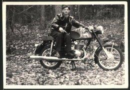 Fotografie Motorrad MZ, Fahrer Mit Lederjacke Auf Krad Sitzend - Automobili