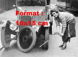 Reproduction D'une Photographie Ancienne D'une Femme Changeant La Roue D'une Automobile Singer 10/26 En 1925 - Reproductions