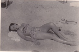 Photo Anonyme Vintage Snapshot Femme Sexy Maillot Jambes Legs - Personnes Anonymes