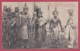 ASIE---CAMBODGE--PHNOM-PENH---Danseuses Du Roi Se Preparant A La Danse--beau Plan--animé - Cambodia