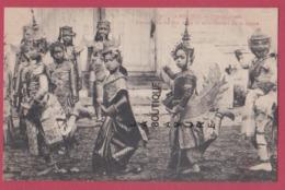 ASIE---CAMBODGE--PHNOM-PENH---Danseuses Du Roi Dans Le Mouvement De La Danse--beau Plan--animé - Cambodia