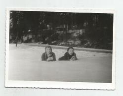 Girls Pose For Photo  Of The Snow Hg195-136 - Personnes Anonymes