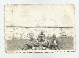 Soldiers Pose For Photo-eat Watermelon   Hg170-136 - Personnes Anonymes