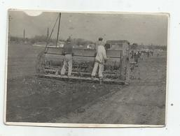 Men On The Tractor  Hg174-136 - Personnes Anonymes