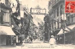 Besançon     25       Les Fêtes D'Août 1909   Décorations De La Grande Rue  . Défaut     (Voir Scan) - Besancon