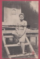 ASIE--INDOCHINE---CAMBODGE--KOMPONG-CHAM-Jeune Femme Devant Son Habitation - Cambodge