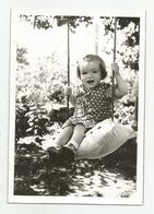 Girl Pose For Photo On Swing  Hg135-134 - Personnes Anonymes