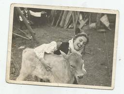 Woman Pose For Photo With A Calf Hg180-135 - Personnes Anonymes