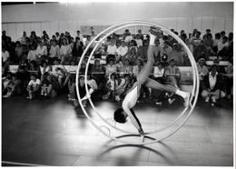 Grande Photo Originale Gymnastique Du Célèbre Photographe Eugene Kaspersky Compétition Gymnastique (1980's) Röhnrad - Sports