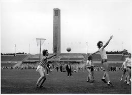Grande Photo Originale Du Célèbre Photographe Eugene Kaspersky Action De Football Féminin Vers 1980 - Sports