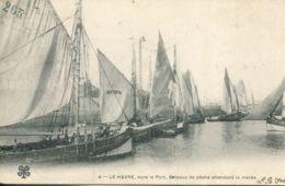 N°70140 -cpa Le Havre -dans Le Port Bateaux De Pêche Attendant La Marée- - Le Havre