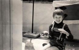 Photo Originale Portrait D'un Enfant Et De Sa Tortue Terrestre Vers 1960 - Personnes Anonymes
