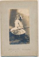 Photo Cabinet : Portrait D'une Jeune Fille En Studio Avec Son épuisette Par Yrondy à Avranches (Ca 1910) - Personnes Anonymes