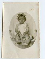 Enfant Kid Flou Blurry Portrait Bb Baby Bebe Ovale XIX 1900 ? Dentelle Pied Feet Toy Pouet Jouet Noeud Ruban Coiffure - Personnes Anonymes