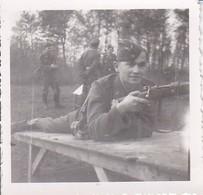 Foto Deutscher Soldat Mit Gewehr Auf Dem Schießplatz - 1944 - 5,5*5,5cm (39501) - Guerre, Militaire