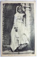 JEUNE MAURESQUE DEVANT UNE PORTE ARABE - Femmes