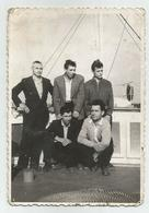 Men Pose For Photo On A Ship Hb982-134 - Personnes Anonymes