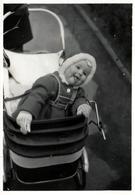 Photo Originale Jeune Tireur De Langue à La Langue Pointue En Landau Vers 1960/70 - Personnes Anonymes