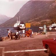 Photo Carré Couleur Originale Arrivée Du Ferry Boat Le Nez Ouvert Face Au Port Vers 1970 - Bac - Bateaux