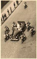 Photo 14 X 9 Cms. Voiture Officielle Décapotable Avec Couple Royal, Escortée Par Motards Gendarmerie. - Automobiles