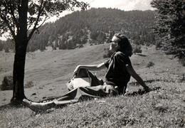 Photo Originale Portrait De Pin-Up Et Bain De Soleil En Montagne - Lunettes De Soleil Vers 1950/60 - Pin-up