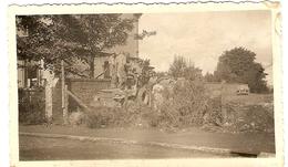BELGIQUE - (Liège )  Peville - Soldats Americains  Debout Sur Leur Jeep 1944  ( Photo: Format 12X 7.5 ) - Lieux