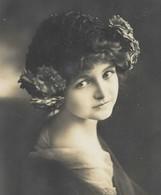 CPA VERS 1900/20 D'origine Fillette élégance Raffinée Bonnet à Fleurs Pretty Little Girl  Flowers - Portraits
