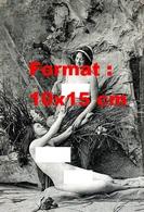 Reproduction D'une Photographie Ancienne D'une Jeune Femme Nue Aidant Une Jeune Femme Nue à Se Lever En 1920 - Reproductions