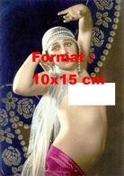 Reproduction D'une Photographie Ancienne D'une Jeune Femme Nue Sous Voilages Et Perles Blanches En 1925 - Reproductions