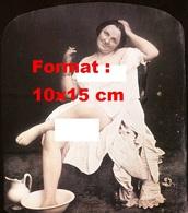 Reproduction Photographie Ancienne D'une Femme Nue Sous Un Voile, Avec Une Cigarette, Un Pied Dans Une Bassine En 1850 - Reproductions