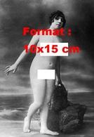Reproduction D'une Photographie Ancienne D'une Jeune Femme Nue Debout Sur Le Sable Près D'un Rocher En 1900 - Reproductions