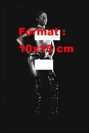 Reproduction D'une Photographie Ancienne D'une Danseuse Africaine Nue Portant Des Hautes Bottes Noires En 1970 - Reproductions