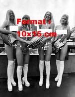 Reproduction Photographie Ancienne D'un Groupe De Musique De 4 Jeunes Femmes Les Seins Nus, Bottes Blanches En 1974 - Reproductions