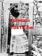 Reproduction D'une Photographie Ancienne D'une Jeune Femme Nue Posant De Dos Avec Une Jupe Transparente En 1977 - Reproductions
