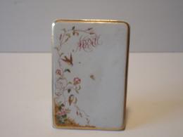Menu En Céramique Blanche Avec Liseré Doré Décor Fleurs Et Oiseaux - Ceramics & Pottery