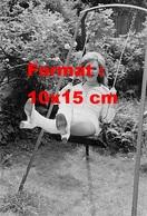 Reproduction D'une Photographie Ancienne D'une Jeune Femme Se Balançant Avec Des Bottes Blanches Aux Pieds En 1971 - Reproductions